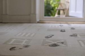 כתמי בוץ על השטיח